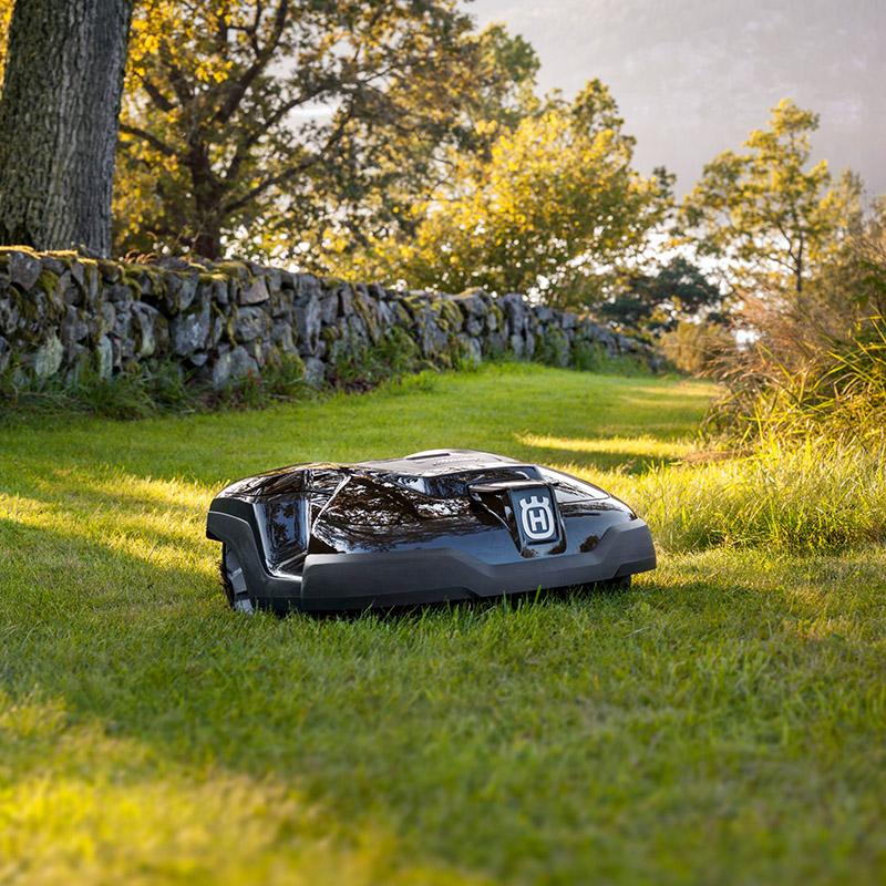 Boerger-Motorgeraete-Robomaeher-im-Einsatz-automatisch-perfekter-Rasen